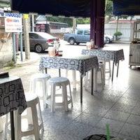 Photo taken at ข้าวแกงเมืองเพชร by Niran M. on 6/25/2012