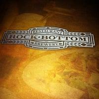 Foto diambil di Rock Bottom Restaurant & Brewery oleh Jean W. pada 1/20/2012