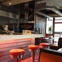 Foto tirada no(a) Garage Burger por Adriana C. em 5/27/2012