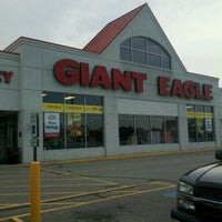 Photo taken at Giant Eagle Supermarket by Tony B. on 9/11/2011