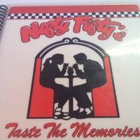 Das Foto wurde bei Nifty Fifty's von Tam B. am 7/3/2012 aufgenommen