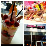 Photo taken at Yogurberry Frozen Yogurt Café by Sirenia on 8/19/2012