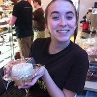 Das Foto wurde bei Crumbs Bake Shop von Daniel O. am 4/9/2011 aufgenommen