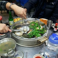 Photo taken at 추억이 불타는 조개구이 by Yonghui O. on 11/20/2011