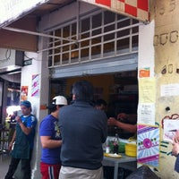 Foto tirada no(a) Tacos Hola! por desechable em 11/23/2011