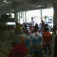 Photo taken at Restaurant & Pub Sin Hoy Kee by Jeffrey Y. on 9/5/2011