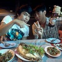 Photo taken at ร้านลาบยโส-สามเหลี่ยมดินแดง by Namnueng S. on 11/30/2011