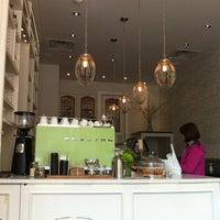 3/16/2012 tarihinde Lindsay B.ziyaretçi tarafından Tori's Bakeshop'de çekilen fotoğraf