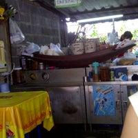 Photo taken at อ้วนก๋วยเตี่ยวเรือ by aekmo on 12/29/2011