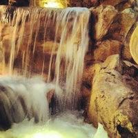 Foto tirada no(a) Trevi Fountain por Jeremy D. em 5/30/2012