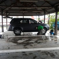 Photo taken at AUTO GLYM car wash by كماس ك. on 12/15/2011