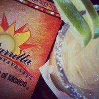 Foto tomada en La Parrilla Mexican Restaurant por Kristi M. el 11/18/2011