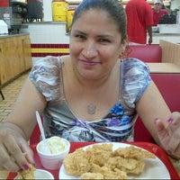 Foto tomada en Chicken Express por Vic J. el 7/7/2012