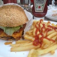 Photo taken at Eddie Fine Burgers by (BETA) Janaina A. on 8/12/2012