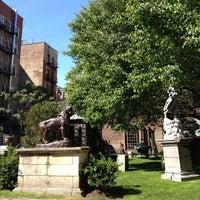 Foto scattata a Elizabeth Street Garden da melanie k. il 5/12/2012