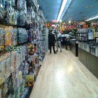 Foto scattata a Midtown Comics da CJ H. il 2/24/2012