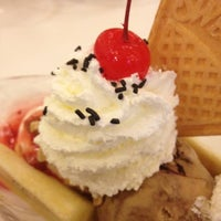 Photo taken at Swensen's by Bumm M. on 5/20/2012