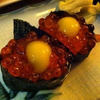 Foto tomada en Tomoe Sushi por Charles B. el 8/22/2012