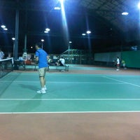 Photo taken at Văn Thánh Tennis Court by Phuong Anh D. on 9/11/2012
