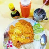 Photo taken at ต้นอ้อยอาหารตามสั่ง by Kimochii M. on 6/5/2012
