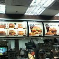 รูปภาพถ่ายที่ McDonald's โดย Maurici A. เมื่อ 3/31/2012