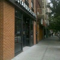 Foto tomada en Starbucks por Max S. el 9/4/2012
