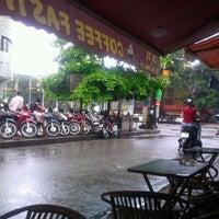 Photo taken at Café Cây Bàng Đổ by Dat N. on 5/19/2012