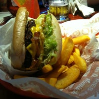 Photo taken at Red Robin Gourmet Burgers by Beatriz R. on 9/7/2012