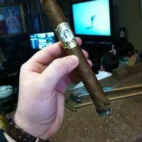 รูปภาพถ่ายที่ Signature Cigars โดย Michael W. เมื่อ 4/7/2012