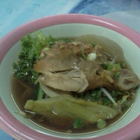 Photo taken at ก๋วยเตี๋ยวน่องไก่ตุ๋น@วาโก้ by Toey C. on 1/10/2012
