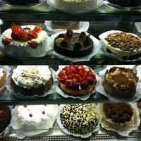Foto tirada no(a) Richesse Confeitaria por Ana E. em 4/5/2012