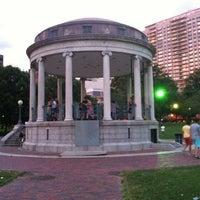7/9/2012 tarihinde Lou O.ziyaretçi tarafından Parkman Bandstand'de çekilen fotoğraf