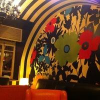 Das Foto wurde bei Books@cafe von Basheer am 2/24/2011 aufgenommen