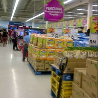 Photo taken at Tesco by Afiz A. on 8/25/2012