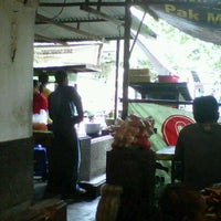 Photo taken at Bakso 'Sahabat Baru' Cak Mun by bhakti u. on 3/11/2012