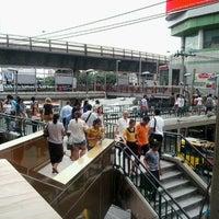 Photo taken at BMTA Bus Stop เกาะพหลโยธิน (Ko Phahon Yothin) by MMM B. on 8/2/2012