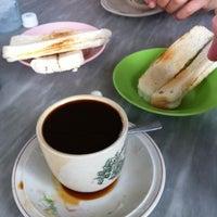 Photo taken at Nan yang coffee shop by Chua Y. on 8/13/2011