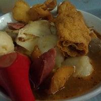 Photo taken at Raja Uda Famous Kwang Hwa Tom Yam Noodle by Daren L. on 10/14/2011
