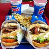 Foto tirada no(a) Sky's Burger por Eli J. em 1/28/2012