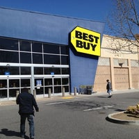 Photo taken at Best Buy by yanwoo y. on 4/5/2012