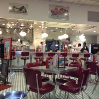 Photo taken at Johnny Rockets by Suélen M. on 4/7/2012
