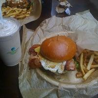 Foto scattata a Epic Burger da John T. il 9/9/2011
