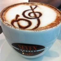 Foto tirada no(a) Seven Wonders Café por Rodrigo C. em 4/25/2012