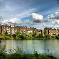 7/30/2012 tarihinde Joana K.ziyaretçi tarafından Hampstead Heath Ponds'de çekilen fotoğraf