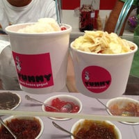 รูปภาพถ่ายที่ Yummy Greek Frozen Yogurt โดย Gela K. เมื่อ 8/17/2012