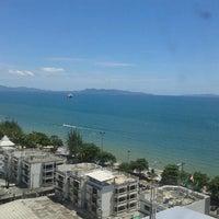 Photo taken at Jomtien Palm Beach Hotel&Resort by หมูกระต่าย P. on 8/16/2012