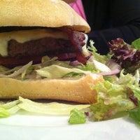 Снимок сделан в Carnaby Burger Co пользователем Aida M. 5/19/2012