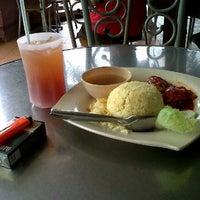 Photo taken at Anugerah Cafe, Seksyen 8, Bandar Baru Bangi by Abu Dolah on 3/14/2012