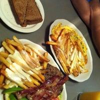 Foto tirada no(a) Crosstown Diner por Jay C. em 6/6/2012