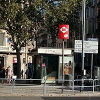 Das Foto wurde bei Plaça d'Urquinaona von Carlos V. am 8/16/2012 aufgenommen